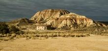 Desert-des-Bardenas-Reales-Espagne-photo-paysage-montagne-et-maison