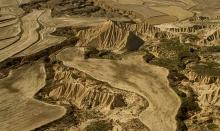 desert-bardenas-espagne-relief-raviné-et-champ-photo-paysage