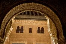 photo-architecture-Alhambra-arc-et-ornementation-Grenade-Andalousie-Espagne