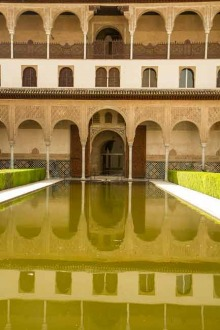 photo-architecture-patio-et-bassin-Alhambra-à-Grenade-Andalousie-Espagne